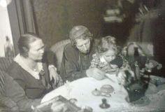 Claire Aho neljävuotiaana Venny Soldan-Brofeldtin sylissä. Vasemmalla Hilma (Himmu) Vainikainen.