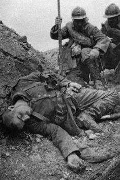 ww1 • dead body of a german soldier in a trench (france) ca 1916