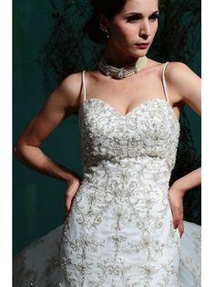 Robe fourreau en Satin et en orgeti avec bretelle spaghetti ornée de Broderies et de perles Robe de mariée Corset
