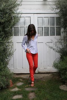 Red pants and a lovely baby blue (ish) / lilac shirt. Probably wear it with a plain white button up and black or nude heels! Estilo Fashion, Fashion Mode, Love Fashion, Fashion Outfits, Womens Fashion, Fashion Scarves, 1950s Fashion, Fashion Ideas, Vintage Fashion