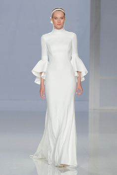 A more simplistic, modern design is this one by Rosa Clara. The flared sleeves are so on trend and we love the sexy, fitted silhouette. This kind of dress is very Victoria Beckham-esque and we love it! 2018 Wedding Dresses Trends, Modest Wedding Dresses, Bridal Dresses, Wedding Gowns, Long Sleeve Wedding, Wedding Dress Sleeves, Beautiful Dresses, Nice Dresses, Bridal Fashion Week