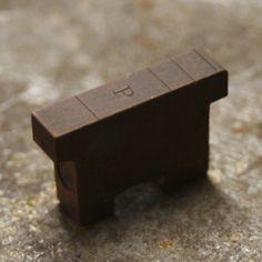 La parte trasera o superior de un molde para fundición de la Ludlow. El inicio de las tipografías