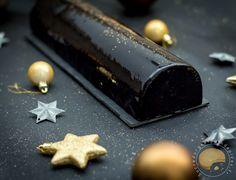 Bûche de noël sans gluten composée d'une mousse chocolat, d'un biscuit au cacao sans farine, d'un croustillant au riz soufflé, tahini et praliné et d'un crémeux au praliné de sésame noir et de pignons de pin.