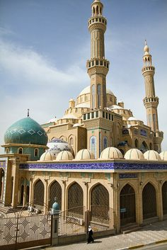 Jalil Al Khayat Mosque in Erbil, Iraq. May Allah save Iraq Islamic Architecture, Beautiful Architecture, Beautiful Buildings, Art And Architecture, Islamic World, Islamic Art, Architecture Religieuse, Bagdad, Les Religions