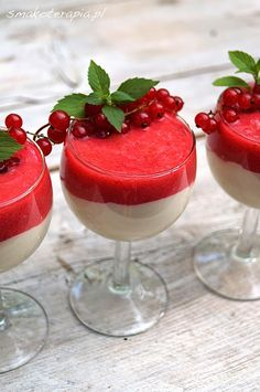 smakoterapia: Vegan mascarpone w/red currant mousse Vegan Desserts, Raw Food Recipes, Cooking Recipes, Polish Recipes, Chia Pudding, Some Recipe, Healthy Sweets, Food Porn, Good Food