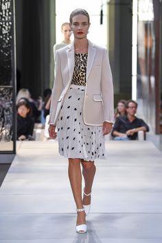 Burberry ready-to-wear spring/summer 2019 - Vogue Australia Fashion Week, Runway Fashion, Fashion Outfits, Womens Fashion, Cheap Fashion, Fashion Spring, Fashion Boots, Fashion 2017, High Fashion