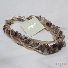 Los collares en tonos tierra son ideales para cualquier ocasión ¡Lúcelos y siéntete única con MPM!