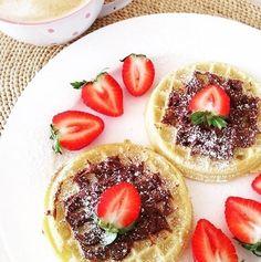 Notre inspiration #fraichementpresse du jour est de @assia_salmi son déjeuner qui rassemble deux essentiels du matin: le chocolat et les fraises! #ondejeune #morning #eggs #breakfast #foodporn #foodgasm #instagood #foodie #yummy #eatmtl #mtlfoodie #foodblogger #mtlblogger