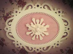 Lindo quadro para decoração de quartos, casa, portas...Com moldura estilo provençal laqueada e aplique em resina do Divino Espírito Santo Fazemos o tecido na cor de sua preferência Tecido 100% algodão R$ 88,00