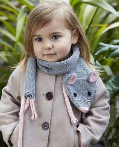 Knitting Patterns Animals Get your little one ready for the cooler weather ahead with an adorable mouse scarf pattern from Kni… Knitting For Kids, Loom Knitting, Free Knitting, Baby Knitting, Knit Or Crochet, Crochet Scarves, Crochet Baby, Baby Scarf, Knitted Animals