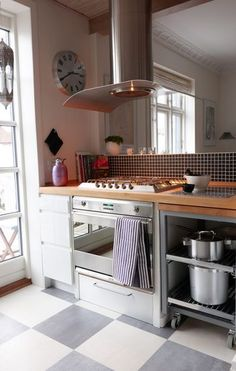 Hvilke rengøringsmidler, der er bedst til at rengøre dine kogeplader og ovn afhænger af hvilken type, der er tale om.