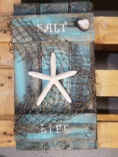 beach pallet wall decor plaque - The Effective Pictures We Offer You About diy projects A quality picture can tell you many things. Beach Themed Crafts, Ocean Crafts, Seashell Crafts, Beach Crafts, Nature Crafts, Pallet Wall Decor, Pallet Wood, Pallet Benches, Pallet Walls