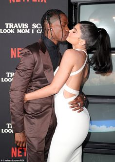 Travis Scott & Kylie Jenner Pack on the PDA While Posing for Family Pics With Stormi at Netflix Premiere Ropa Kylie Jenner, Kylie Jenner Fotos, Trajes Kylie Jenner, Estilo Jenner, Estilo Kardashian, Kylie Jenner Outfits, Kardashian Style, Kardashian Jenner, Kylie And Travis Scott