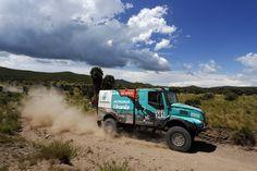Iveco conquista o Rally Dakar 2016 e fecha a competição com quatro pilotos no Top 10  Gerard de Rooy, líder da equipe, acelerou seu PowerStar e venceu pela segunda vez uma das competições mais difíceis do mundo Fotos Divulgação  Depois de vencer com a Iveco a edição 2012 do Rally Dakar, o holandês […]Compartilhe nosso conteúdo