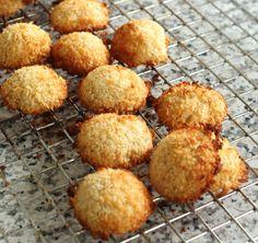 Met slechts 3 ingrediënten maak je eenvoudig zelf je gezonde kokosmakronen! Het is glutenvrij en zo simpel om te maken. Een absolute aanrader om te proberen
