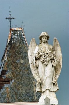 New Orleans - An angel on a tomb of G. del Corral, with a tower of M. tomb in background, in Metairie Cemetery. New Orleans, Louisiana, May 2006 Cemetery Angels, Cemetery Art, Cemetery Statues, Statue Ange, New Orleans Cemeteries, I Believe In Angels, Angels Among Us, Guardian Angels, Sculptures