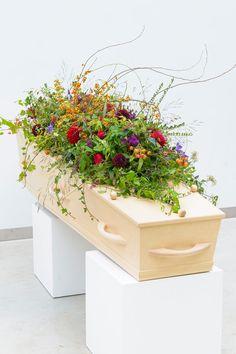 Een groot bloemstuk voor op de kist. Combineer veel groen met een paar kleurtinten | Meer inspiratie en ideeën voor een persoonlijke invulling van de uitvaart vind je op http://www.rememberme.nl/