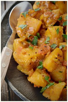 Slow Cooker Bombay Potatoes Recipe from Kayotic Kitchen; cooking the potatoes in the slow cooker will help keep the kitchen cool! [via Slow Cooker from Scratch] Vegan Crockpot Recipes, Vegetarian Recipes, Cooking Recipes, Healthy Recipes, Vegan Meals, Curry Recipes, Vegan Vegetarian, Slow Cooking, Cooking Games