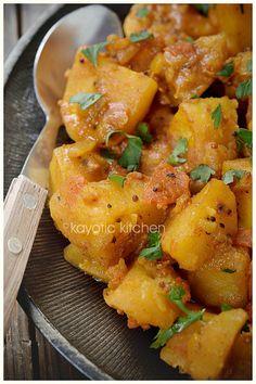 Bombay Potatoes - gegeten in combinatie met sperziebonen en Indiase kipsate. Heerlijk! Persoonlijk vind ik 1,5 - 2 tl zout best veel. Ik heb 1,5 tl gebruikt, maar zal de volgende keer 1 tl gebruiken.