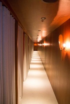 Der Weg zu den Ruheräumen in der Cathay Pacific First Class Lounge. #firstclass #lounge #review #hongkong #cathaypacific #design #interiordesign #review #travelling #style