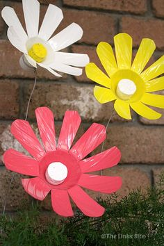 plastic bottle art How to Make Flowers Out Of Plastic Bottles! Empty Plastic Bottles, Plastic Bottle Crafts, Recycled Bottles, Plastic Craft, Plastic Flowers, Paper Flowers Diy, Flower Crafts, Water Bottle Flowers, Water Bottle Crafts