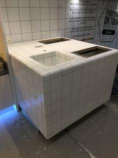 We hebben vandaag een mooi project opgeleverd in opdracht van DeliXL bij de firma Vredeveld verkoopwagens te Westerbork. De trailer van DeliXL word gebruikt als keuken voor de producten die DeliXL levert. En wij mochten de keukenwerktafel geheel voorzien van de door DTILE ontworpen 3D tegels        Gerelateerd