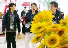 リラックスした表情で記者会見場に向かうフィギュアスケート男子の町田樹(左)と高橋大輔(中央)(ロシア・ソチ)