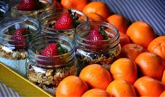 greek yogurt, honey, granola, and fruit in a mason jar. Breakfast Basket, Breakfast On The Go, Breakfast Ideas, Breakfast Recipes, Fruit And Yogurt Parfait, Yogurt And Granola, Breakfast Catering, Dessert In A Mug, B Food