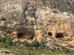 Para hoy martes os dejo esta fotografía de nuestro pueblo, el macizo de las Cuevas Deva