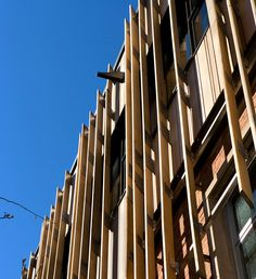 <p>Angled sunscreens on the building's exterior shade the interior and help to balance thermal performance with optimal lighting. <br><small>© Peter Aaron/OTTO</small></p>