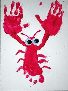 Selbst gemalter Hummer mit Kulleraugen! Ganz einfach für Kinder mit Hand- und Fußabdruck.