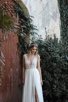 e80659215d0b Une robe de mariée fendue, au travail de dentelle d une délicatesse rare  imaginée