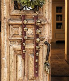 Gorgeous Country Christmas Door / Fantastica Porta Natalizia in Stile Country Christmas Photo Booth, Primitive Christmas, Christmas Bells, Christmas Countdown, Country Christmas, Christmas Photos, All Things Christmas, Winter Christmas, Christmas Holidays