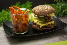 der Low Carb Double-Cheeseburger mit Karotten-Sticks ist eine herzhafte Hauptspeise die unheimlich satt macht. Ich kann sie nur empfehlen.