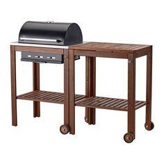 IKEA - ÄPPLARÖ / KLASEN, Houtskoolbarbecue met roltafel, bruin gelazuurd, , Met de ÄPPLARÖ/KLASEN houtskoolbarbecue en de ÄPPLARÖ/KLASEN serveerwagen krijg je een kookplek én praktische afzetruimte voor serveerschalen en barbecuetoebehoren.De ingebouwde thermometer op de deksel helpt je de temperatuur tijdens het barbecueën in de gaten te houden - zonder dat je de deksel hoeft op te tillen.Om de gewenste barbecuewarmte te krijgen, kan je de luchtaanvoer regelen via de roestvrijstalen schuif…