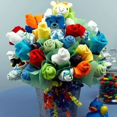 Very Colorful Baby Sock Flower Bouquet looks amazing and perfect as a gift. Baby Shower Bouquet, Baby Sock Bouquet, Diaper Bouquet, Baby Sock Corsage, Diaper Wreath, Shower Bebe, Baby Boy Shower, Baby Shower Gifts, Baby Showers