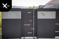 Backlit house number and modern mailbox near the entry gate.  // W pobliżu furtki umieszczono podświetlany numer domu oraz panel przelotowej skrzynki na listy. Main Door Design, Fence Design, Gate Post, Metal Gates, Pivot Doors, Aluminum Fence, Modern Fence, Fences, Locker Storage