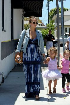 Jessica Alba Photos Photos - Jessica Alba shows off her baby bump as she leaves La Conversation with daughter Honor and friends. As the group left the restaurant, Honor smiled as she checked out a puppy they walked past. Alba will reportedly be trying a technique called Hypnobirthing as she delivers her baby. - Jessica Alba and Family at La Conversation