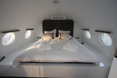 Hotelsuites.nl custom airliner interior: how to do a plane bedroom