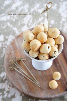 Olive in crosta-60 olive verdi snocciolate-100 g farina- 60 g burro-60 g Parmigiano-2 cucchiai acqua fredda- Peperoni, capperi, wurstel, formaggio, a scelta Per la pasta:impastare farina,formaggio grattugiato, acqua e burro ammorbidito. mezz'ora in frigo. Per le olive:Sciacquarle, sgocciolarle Asciugarle.tritare il ripieno e farcire le olive rivestire le olive con dischi sottili di pasta in frigo per almeno 2 ore. forno ventilato a 170°C  a metà altezza, olive su carta forno.10 minuti