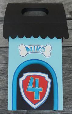 Halusin tehdä Ryhmä Hau -teemaan liittyen myös kortin. Suunnittelin kortin, joka toimi samalla pakettina ja korttina. Koirankopin...