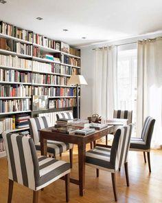 Sala de jantar com cadeiras em tecido listrado branco e preto