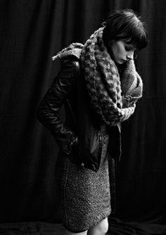 vestido con una chaqueta de cuero y una bufanda, monisimo