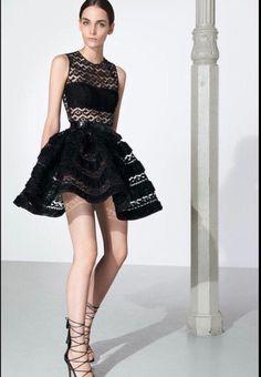 Les robes d'A.Alaia sont selon moi très féminines. J'aime beaucoup ce jeu de transparence, la corolle que forme la jupe et la longueur.