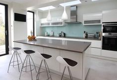 Advice on white kitchen worktop options and how to choose the best worktop colour for a white kitchen to enhance your intended kitchen look. White Kitchen Worktop, High Gloss White Kitchen, Handleless Kitchen, White Kitchen Island, Kitchen Units, New Kitchen, Kitchen Grey, German Kitchen, Duck Egg Blue And Grey Kitchen