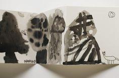 """telier de livre en accordéon """"Dans la forêt"""". Les enfants ont d'abord dessiné des arbres avec   l'encre de chine, puis ont fait des pochoirs. Et ils ont ajouté des   animaux et des personnages en plume ou en feutre."""