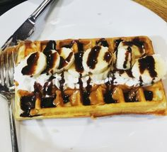 Speculoose, banana, cream and chocolate. The perfect waffle topping? Waffle Toppings, Belgian Waffles, Banana Cream, Brussels, Supreme, Biscuits, Stuff To Do, Chocolate, Breakfast