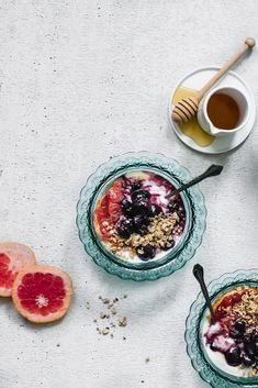 Ever roasted your grapefruit? It's so lovely--and quick to do. Try this Roasted Grapefruit + Ginger Berry Yogurt for a healthy morning breakfast meal Yogurt Recipes, Cereal Recipes, Banana Coffee, Berry Compote, Roasted Radishes, Yogurt Bowl, Yogurt And Granola, Nutrition, Smoothie Bowl