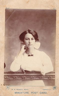 Portrait of a young woman (unidentified), Townsville, Queensland, circa Antique Photos, Vintage Pictures, Vintage Photographs, Old Pictures, Vintage Images, Old Photos, Vintage Photos Women, Looks Vintage, Vintage Love