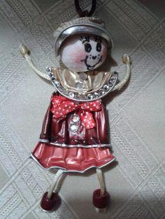 Bambolina con cialde nespresso e pallina di ovatta per la testa.